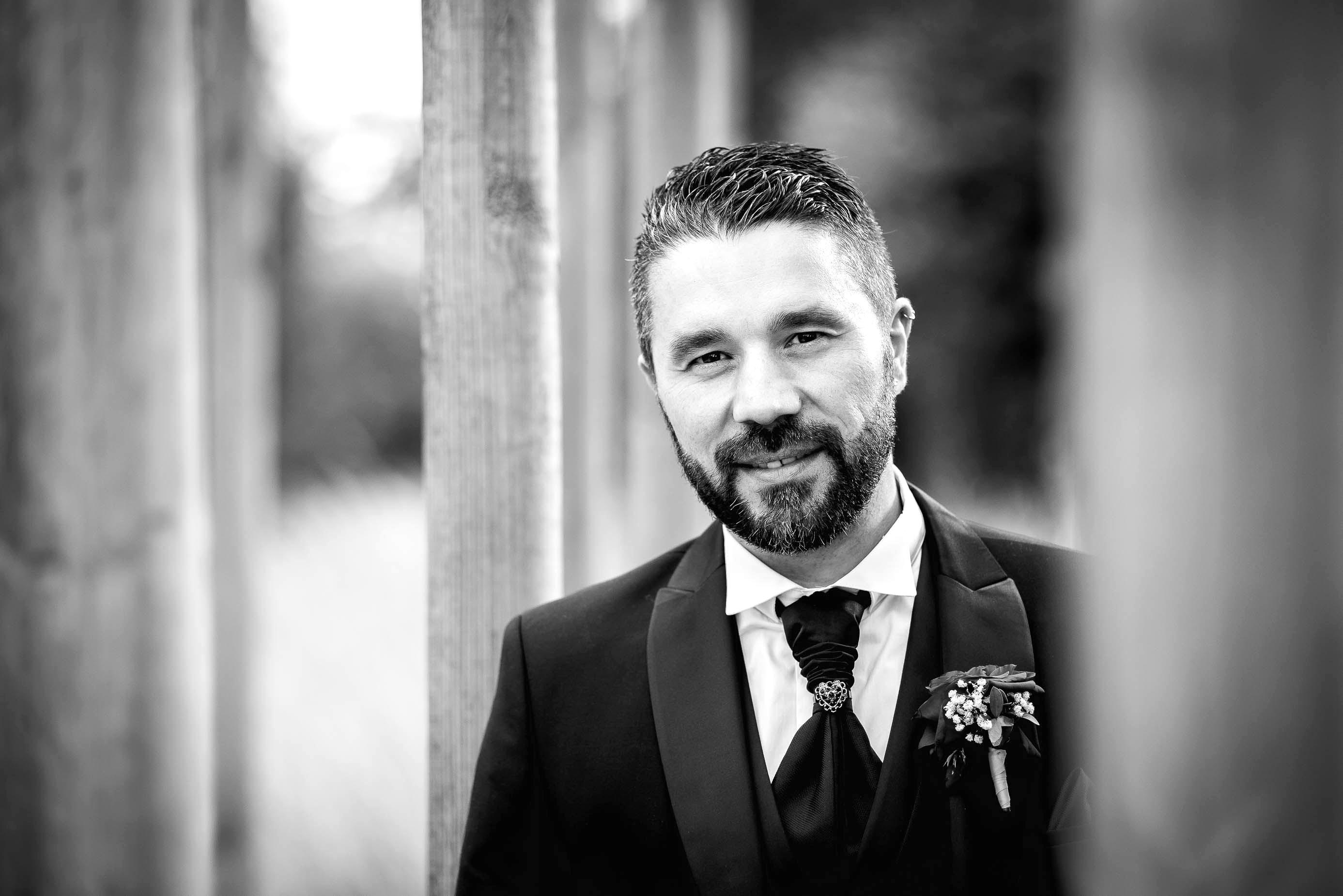 photo en noir et blanc représentant le portrait d'un jeune marié auteur Franck Burjes photographe de mariage à Amiens