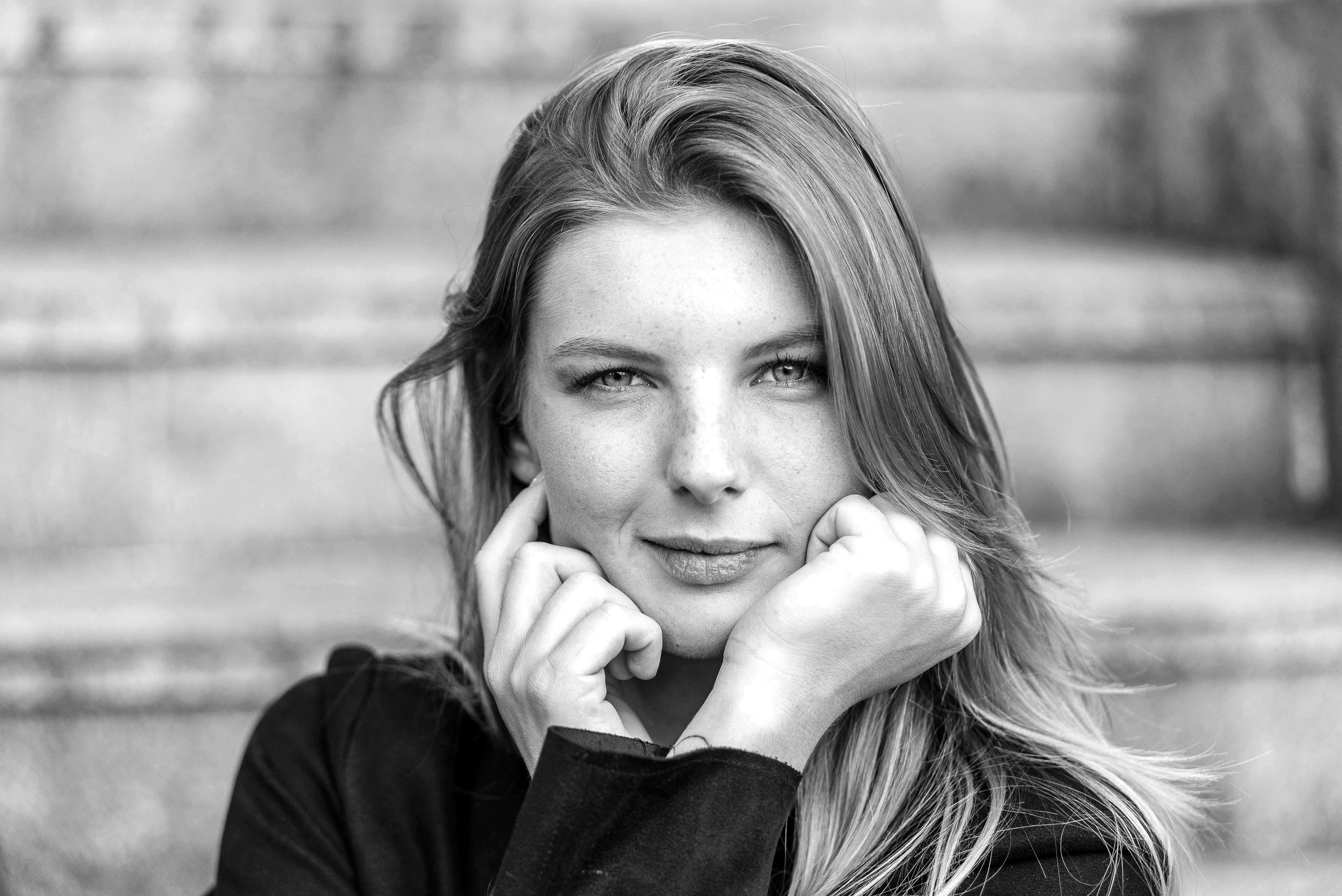 photo en noir et blanc représentant un portrait auteur Franck Burjes photographe de portrait à Amiens
