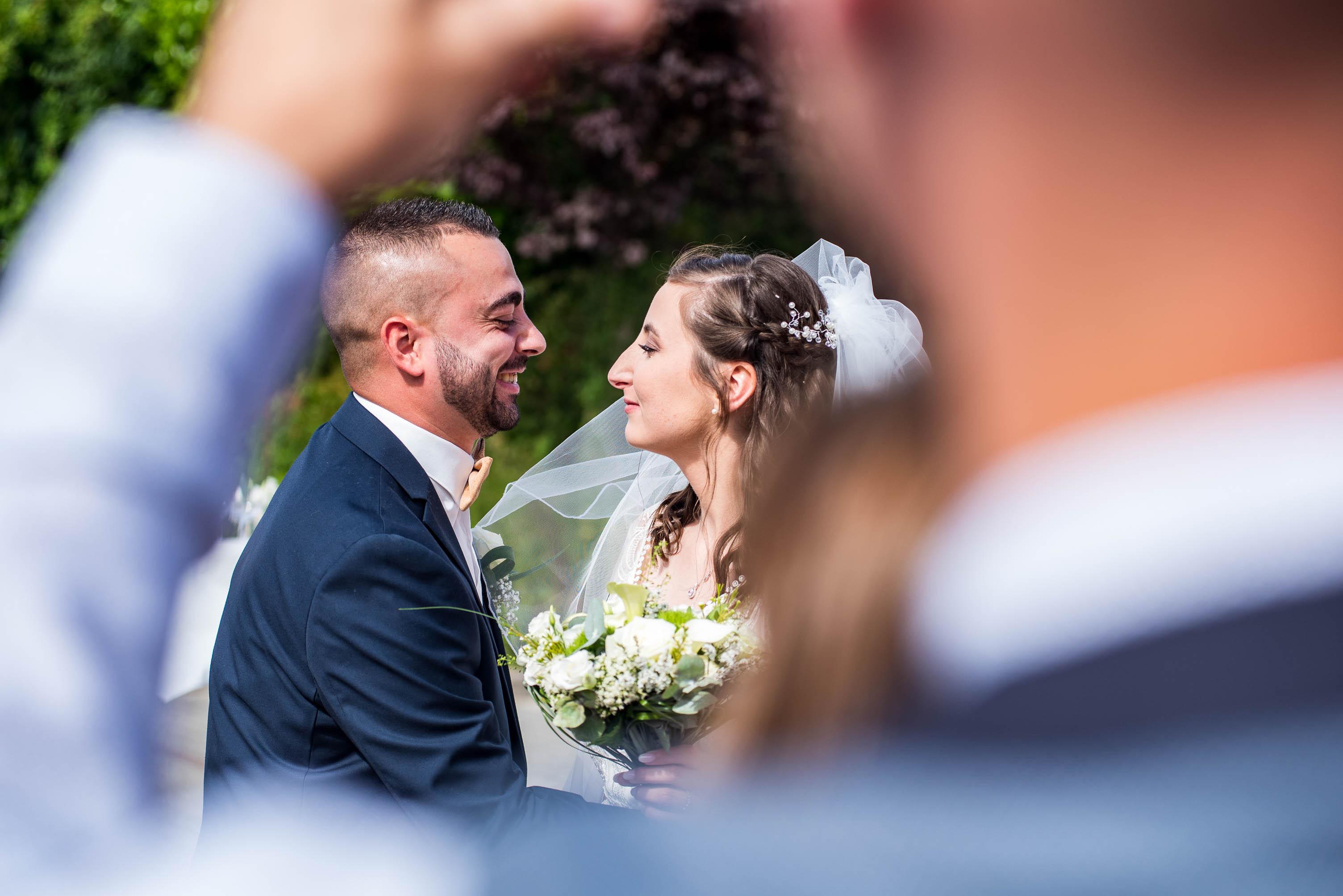 photo en couleur représentant des jeunes mariés auteur Franck Burjes photographe de mariage à Amiens
