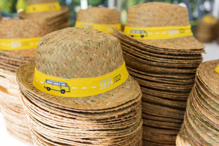 photo en couleur représentant des chapeaux de paille à l'image de l'entreprise lhotellier pendant la fête des 100 ans auteur Franck Burjes photographe de reportage à Amiens