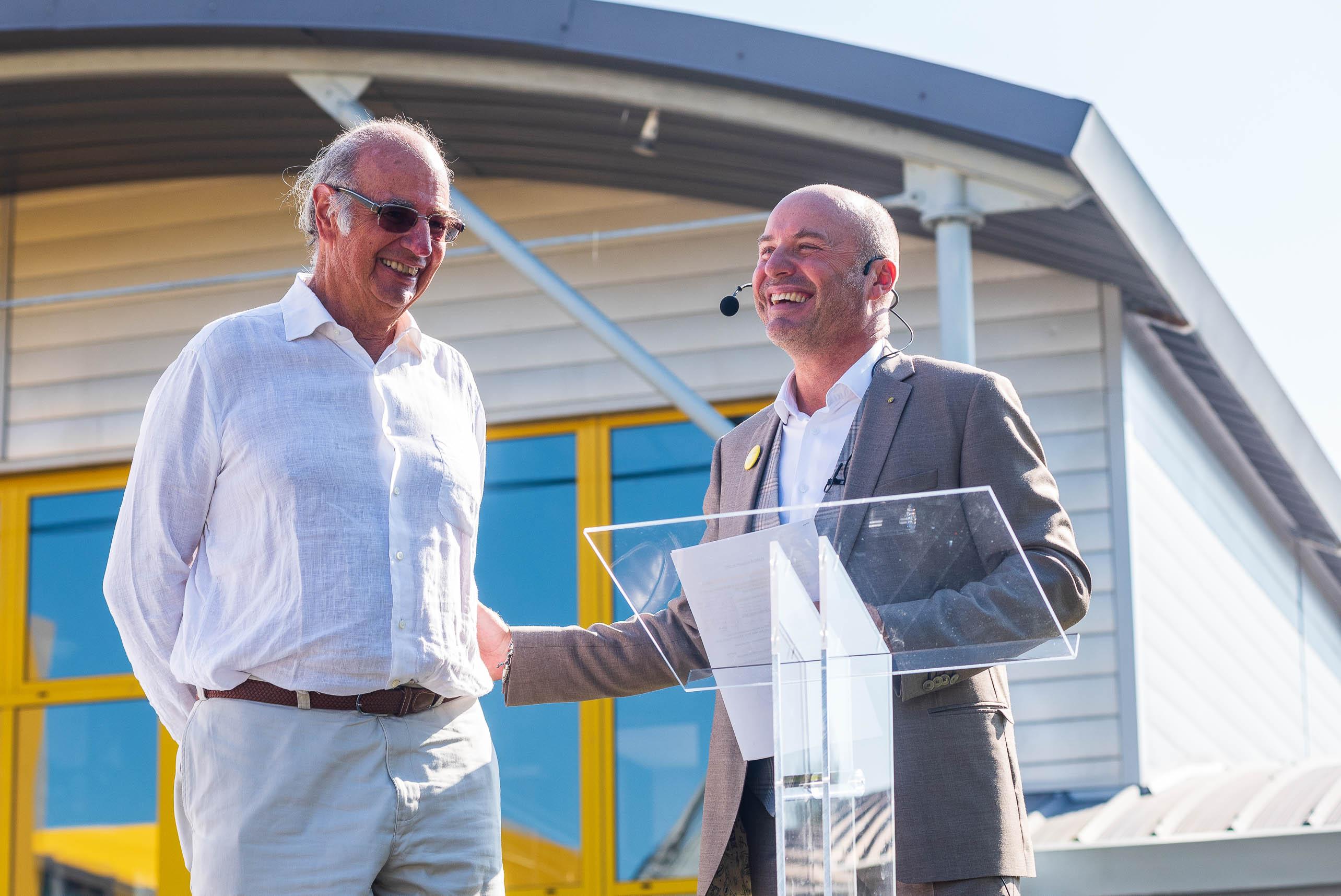 photo en couleur représentant Paul Lhotellier et son père pendant le discours d'ouverture de la fête des 100 ans auteur Franck Burjes photographe de reportage à Amiens