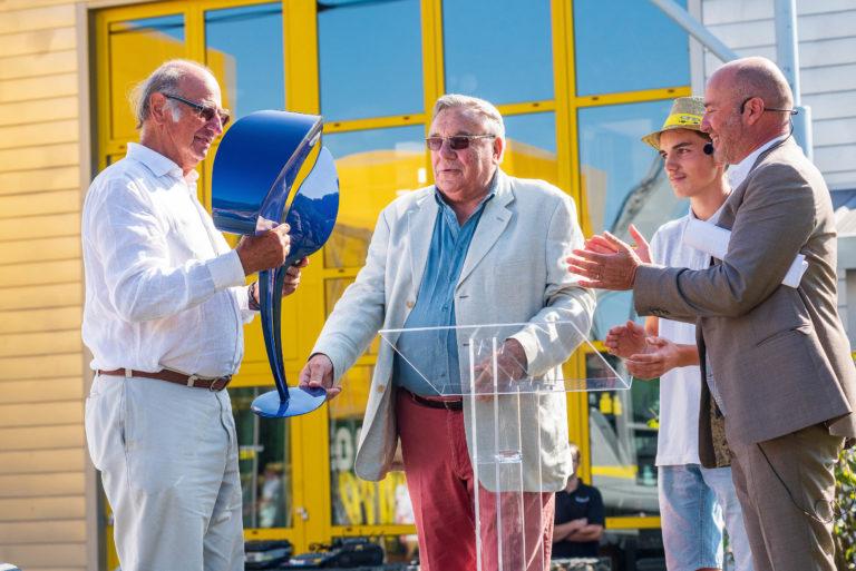 photo en couleur représentant Jean Paul Lhotellier recevant une sculpture pendant le discours d'ouverture de la fête des 100 ans auteur Franck Burjes photographe de reportage à Amiens