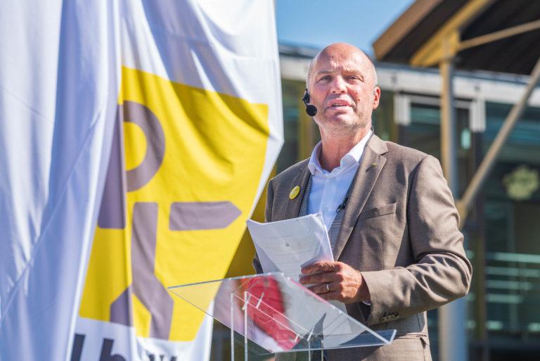 photo en couleur représentant Paul lhotellier pendant le discours d'ouverture de la fête des 100 ans auteur Franck Burjes photographe de reportage à Amiens