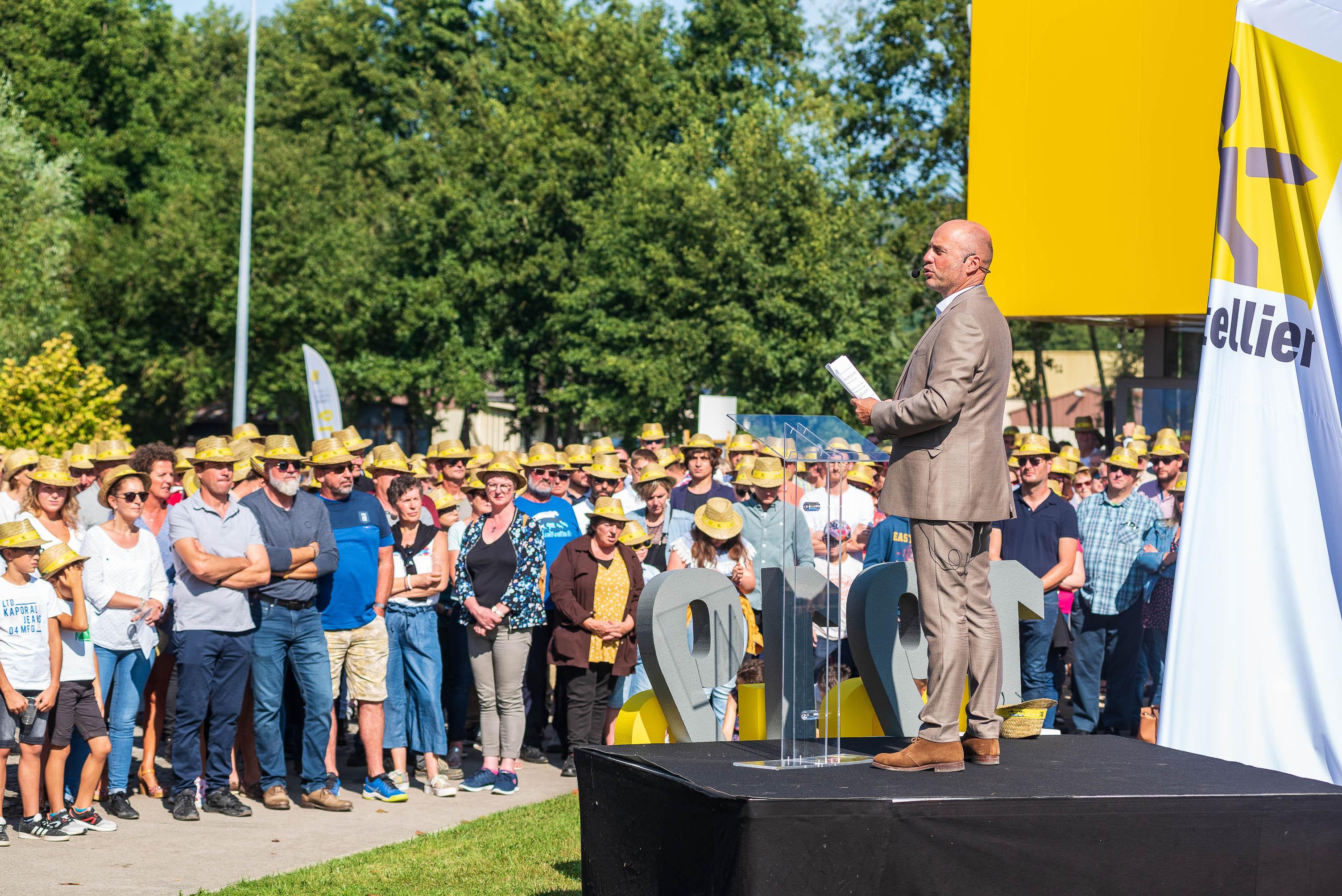 photo en couleur représentant Paul Lhotellier faisant le discours d'ouverture sur une estrade devant les salariés pendant la fête des 100 ans auteur Franck Burjes photographe de reportage à Amiens