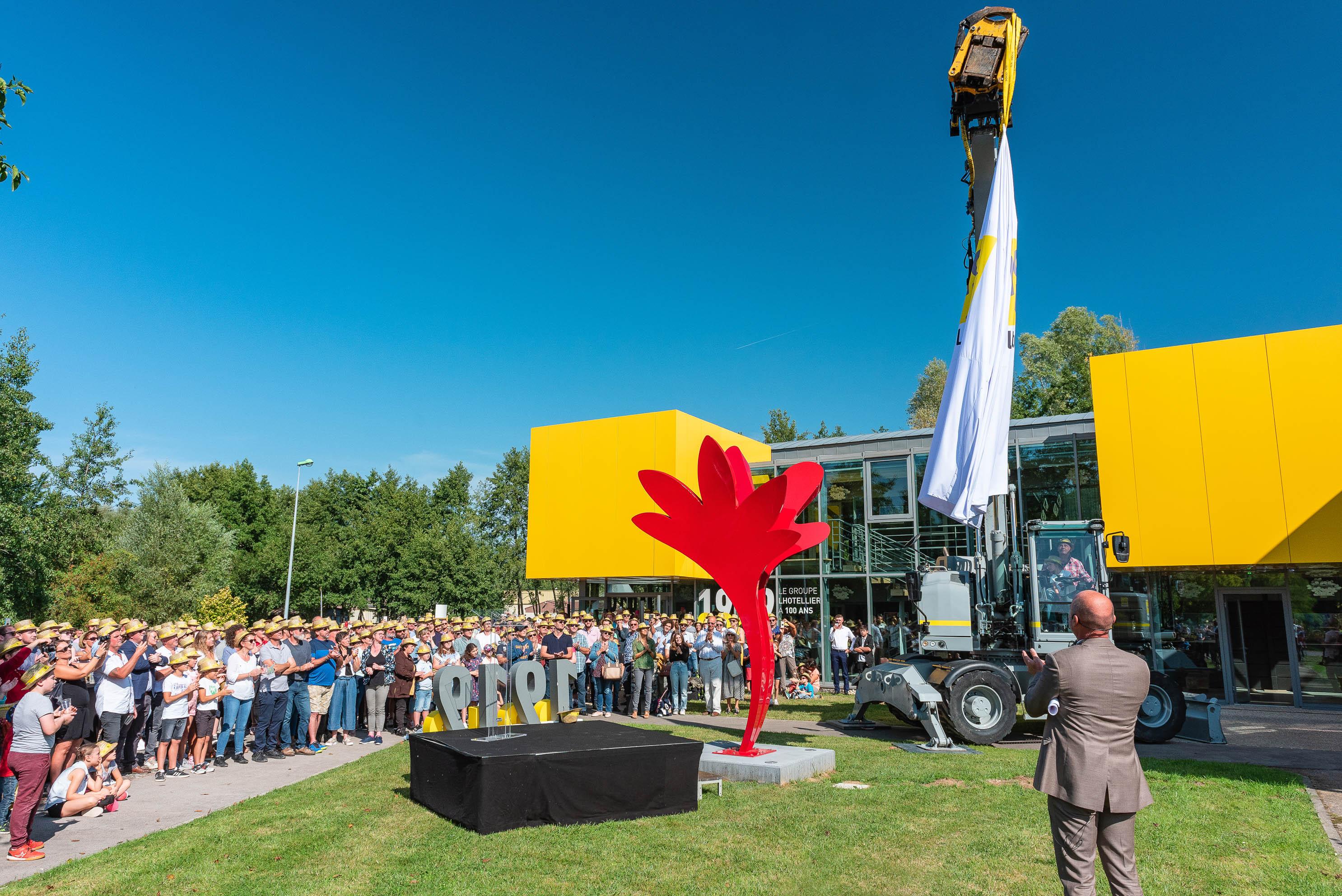 photo en couleur représentant l'inauguration de la statue de l'entreprise lhotellier pendant la fête des 100 ans auteur Franck Burjes photographe de reportage à Amiens