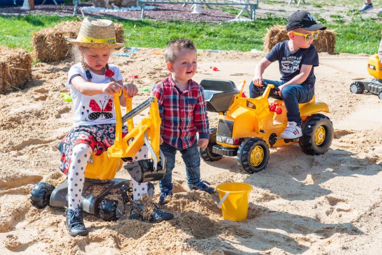 photo en couleur représentant des enfants de salariés de l'entreprise lhotellier en train de jouer pendant la fête des 100 ans auteur Franck Burjes photographe de reportage à Amiens