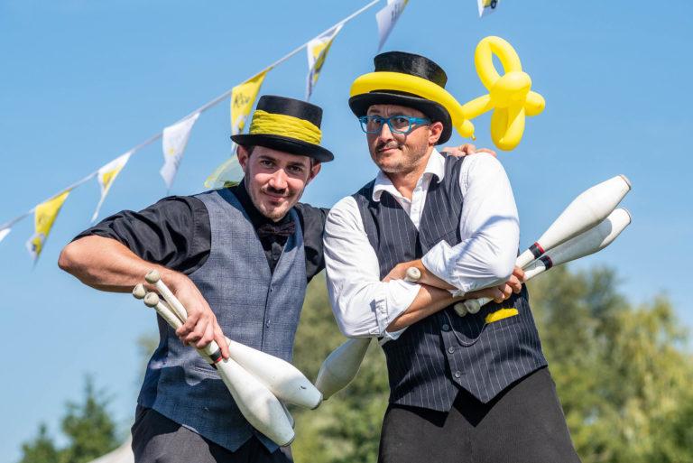 photo en couleur représentant des jongleurs pendant la fête des 100 ans de Lhotellier auteur Franck Burjes photographe de reportage à Amiens