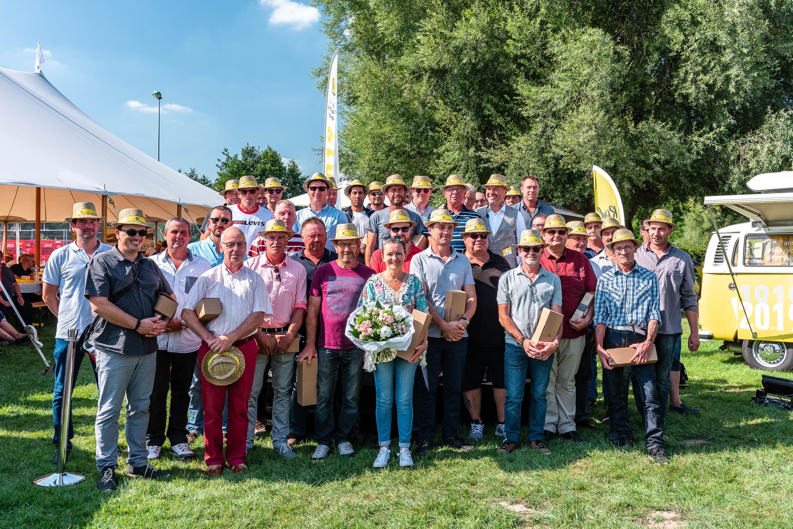 photo en couleur représentant une photo de groupe des salariés de l'entreprise lhotellier pendant la fête des 100 ans médailles du travail auteur Franck Burjes photographe de reportage à Amiens