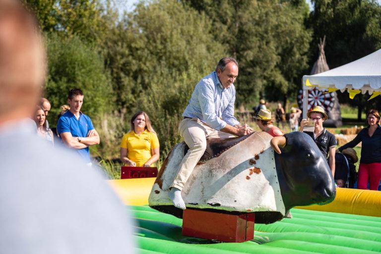 photo en couleur représentant un salarié de l'entreprise lhotellier sur un taureau mécanique pendant la fête des 100 ans auteur Franck Burjes photographe de reportage à Amiens
