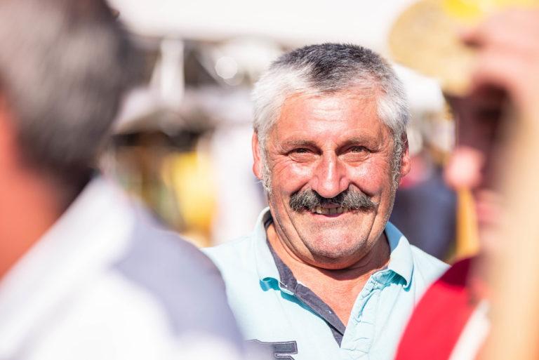photo en couleur représentant un salarié de l'entreprise lhotellier pendant la fête des 100 ans auteur Franck Burjes photographe de reportage à Amiens